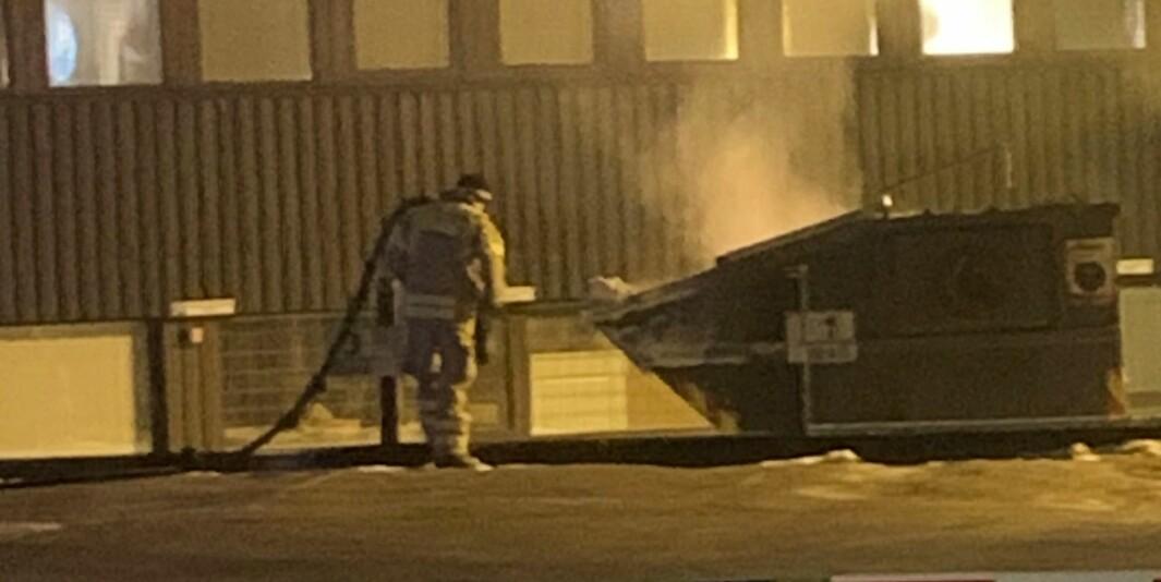 Det brant i en container ved Storgata tirsdag kveld.