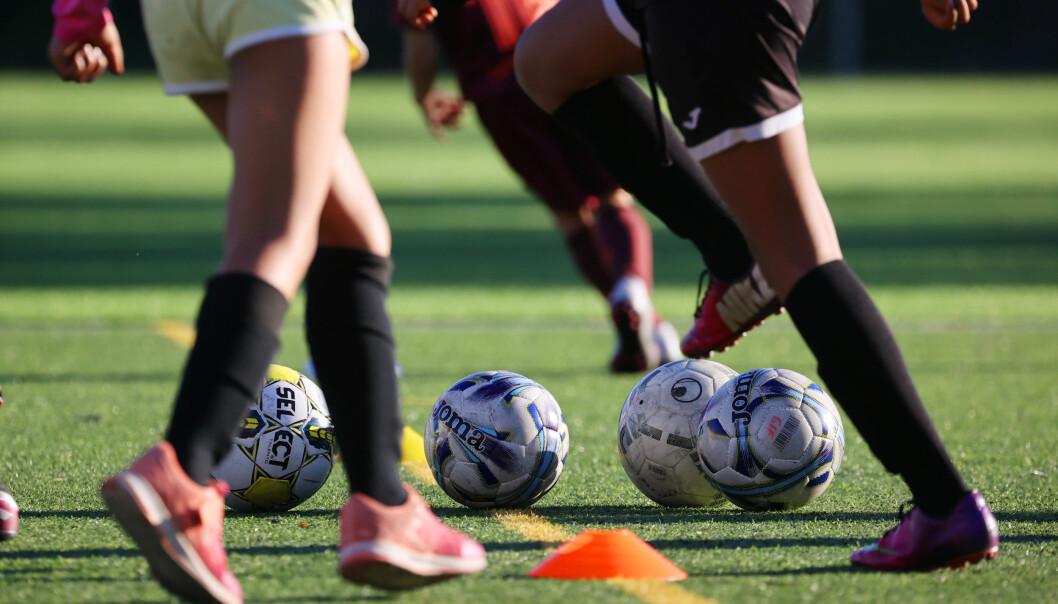 Illustrasjonsfoto barnefotball tatt på fotballtrening, her er det jenter som er i aksjon på en kunstgressbane.