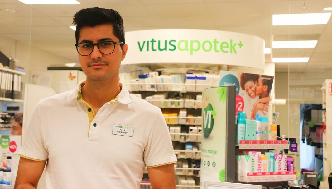 Reseptarfarmasøyt Aqil Hosseini (30) ved Vitusapotek Kongsvinger sier det er positivt om farmasøytene får rekvireringsrett. Per i dag kan leger og helsesykepleiere rekvirere covid-19-vaksiner og sykepleiere fikk fra nyttår en midlertidig rett.