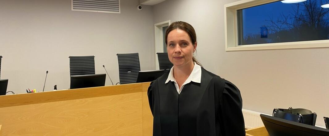 Advokat Iren Coucheron Johnsen forsvarer den overgrepssiktede læreren. Hun sier at mannen erkjenner å ha hatt seksuell omgang med en mindreårig jente