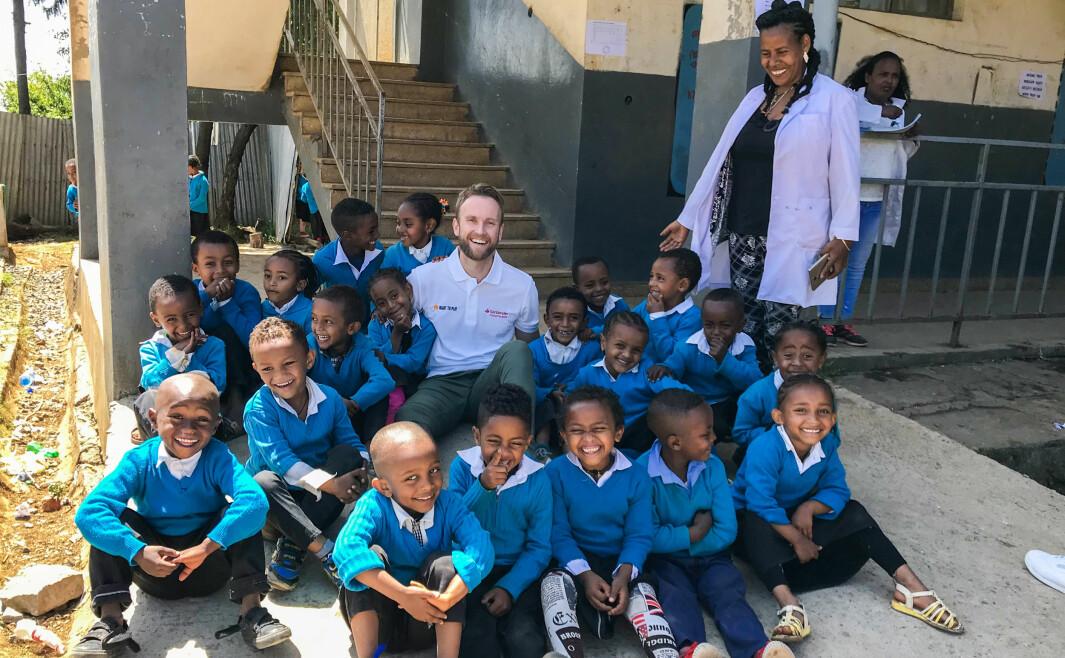 Her er Jimmy Vika med en gjeng glade og lekende barn i Etiopia. Han er direktør for Right To Play i Norge, en organisasjon som hvert år hjelper 2,3 millioner barn til et bedre liv gjennom lek.