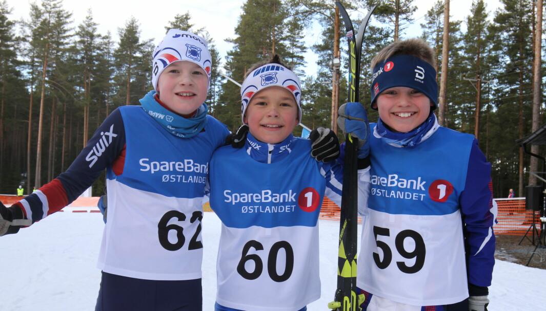 Henrik Holtet (f.v.), Roland Platek og Kasper Vangen var slitne, men kostet likevel på seg et bredt smil etter å ha kommet i mål under kretsmesterskapet i langrenn på Liermoen lørdag.