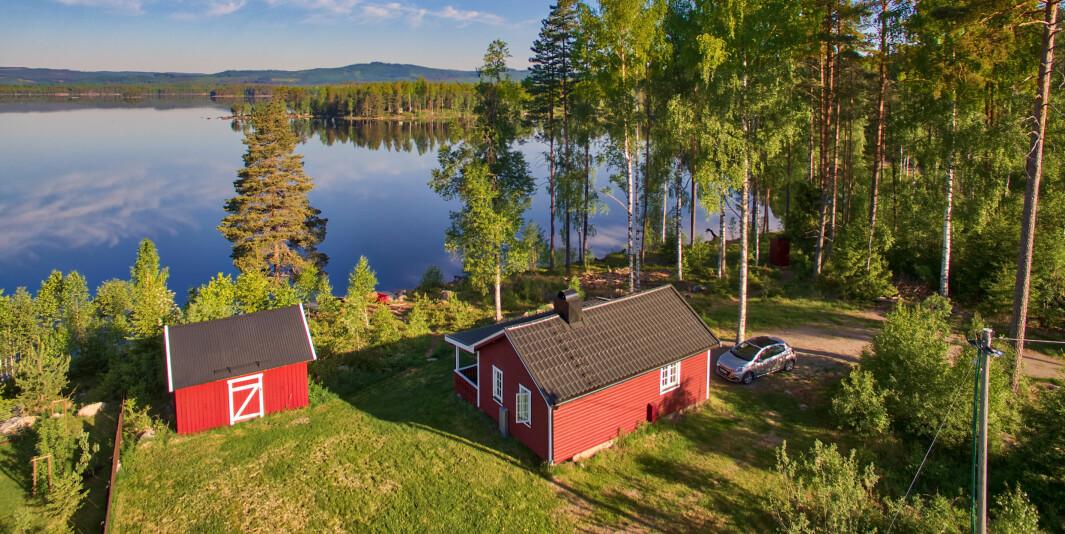 Utleiehytta ligger rett ved innsjen Møkeren øst i kommunen.