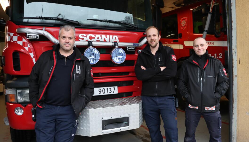 Glåmdal IKS rykker ut på mye forskjellig, også unødige alarmer. Det er også en del av hverdagen til beredskapsleder Arnfinn Strømstad (t.v.) og brannkonstabler Martin Heimdal og Cato Hynne.