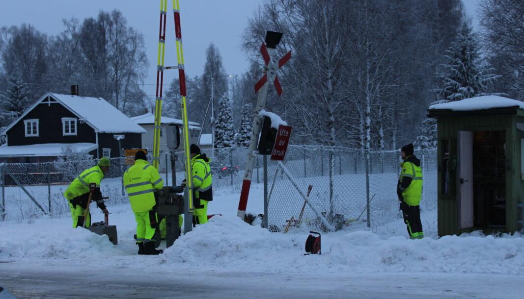 Bane Nor utfører torsdag ettermiddag arbeid på togovergangen på Roverud, etter at en lastebilsjåfør skal ha sklidd av veien og truffet bommen.