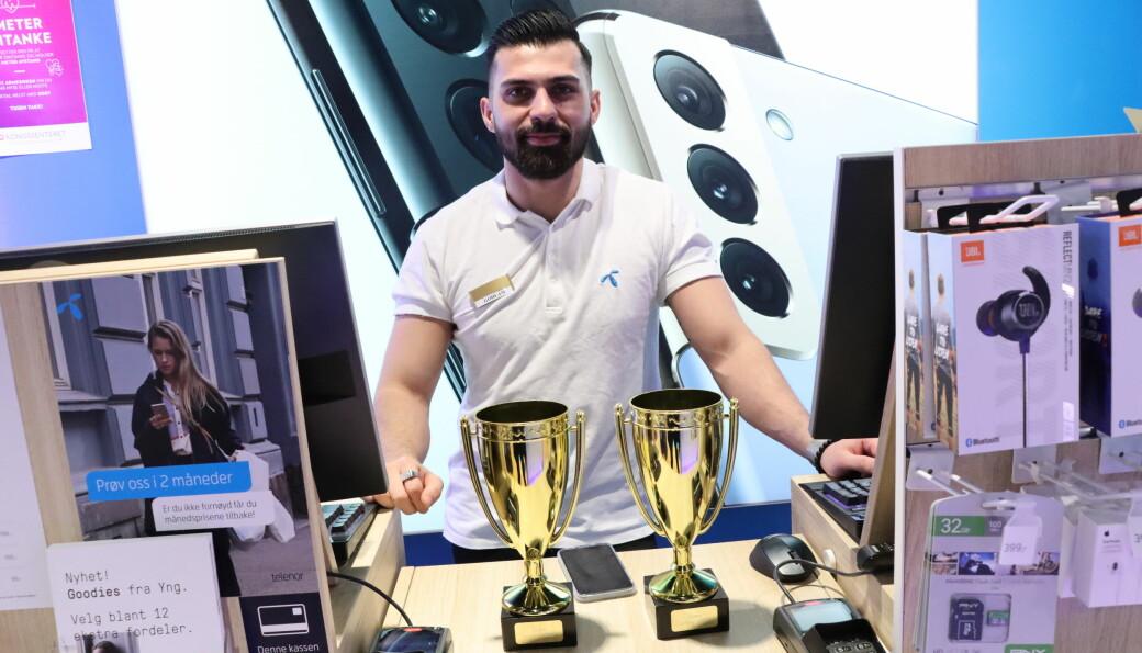 Gohlam Hewad konkurrerer internt med over 400 andre telefonselgere i Telenor. Torsdag mottok han prisen for å være den beste av alle i landet. De to andre prisene på bildet gikk til Hewad og butikken for å være henholdsvis beste selger og butikk i 2020 innenfor Kongsvingers konstellasjon.
