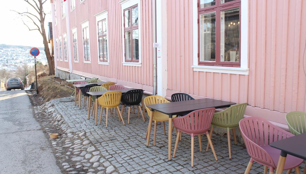 Kafé Bohem har satt nye stoler og bord utenfor lokalene sine. Dette er bare en av mange endringer kafeen håper å gjøre med uteserveringsområdet sitt i år.