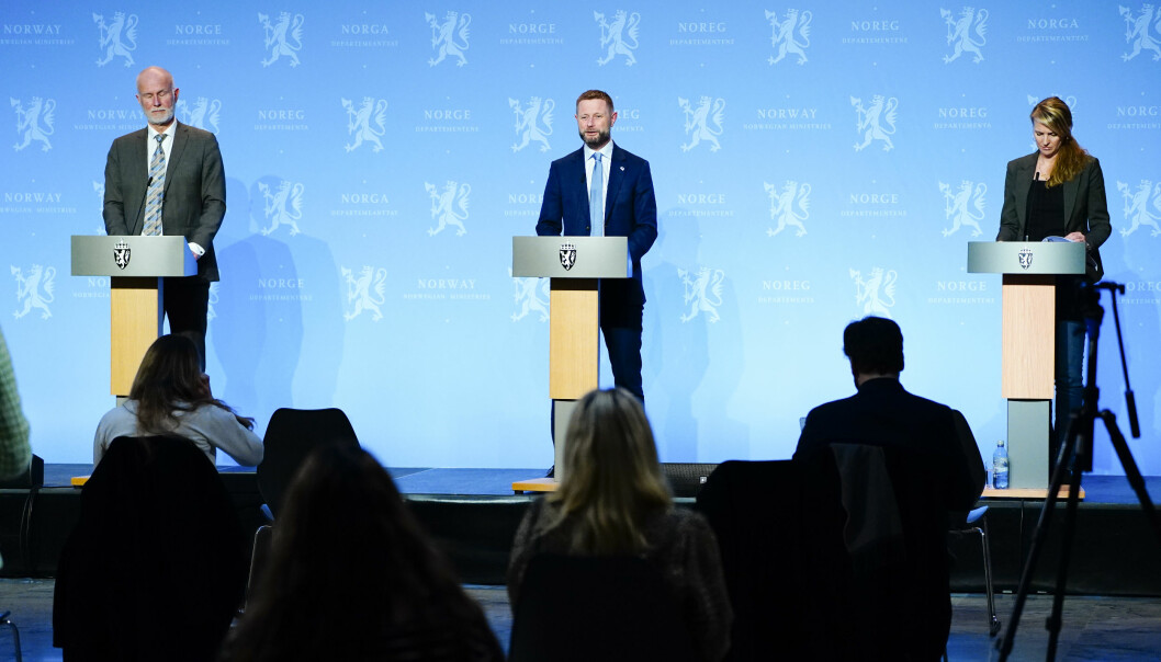 Helsedirektør Bjørn Guldvog, helse- og omsorgsminister Bent Høie og Line Vold, avdelingsdirektør i Folkehelseinstituttet holder tirsdag kveld pressekonferanse om koronasituasjonen.