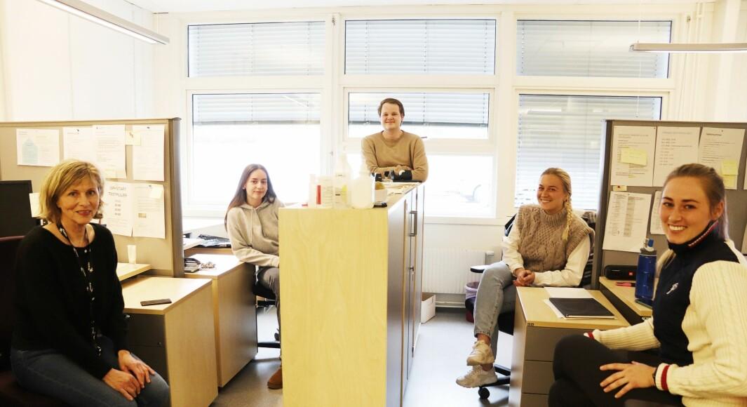 Fra venstre: Arnhild Julseth, Anna Kolsgaard, Amund Eidlaug, Pernille Velta og Ida Amundsen. De er blant dem som jobber i Kongsvingers smitteteam som finner og slår ned på smittetrådene i befolkningen.