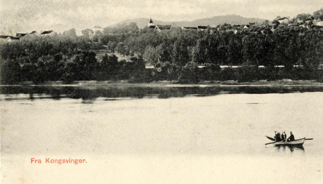 Dette postkortet fra Normanns Kunstforlag viser Vinger kirke og Øvrebyen sett fra Norsenga.