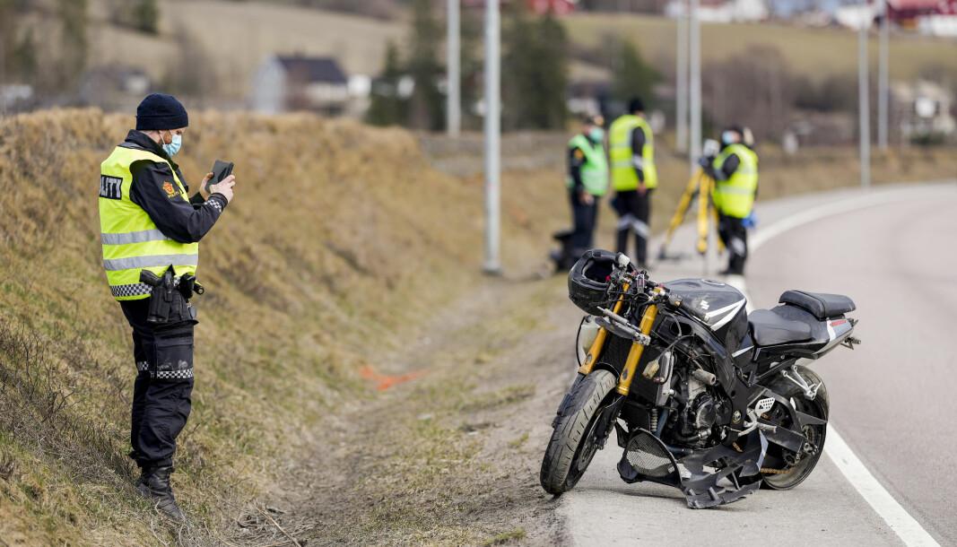 Politiet er på stedet etter at en motorsyklist døde etter å ha kjørt av Riksvei 22 ved Fetsundbrua søndag ettermiddag.