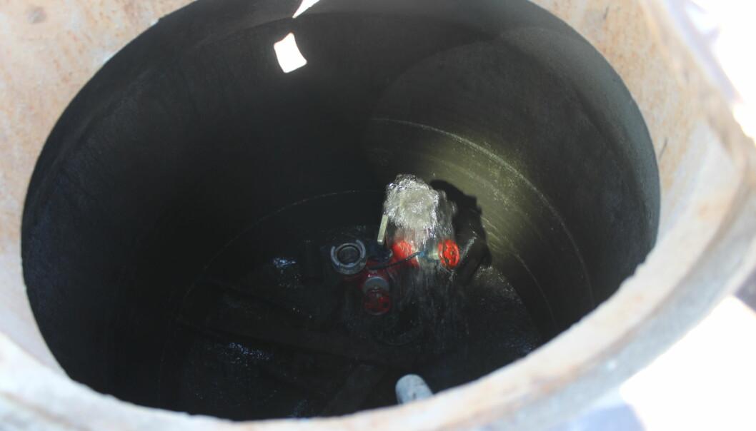 Her pumpes det mange liter vann ut av hovedvannledningen under markensplassen. GIVAS har på torsdag måttet åpne flere slike ventiler for skylle ut misfarget vann fra vannledningen.