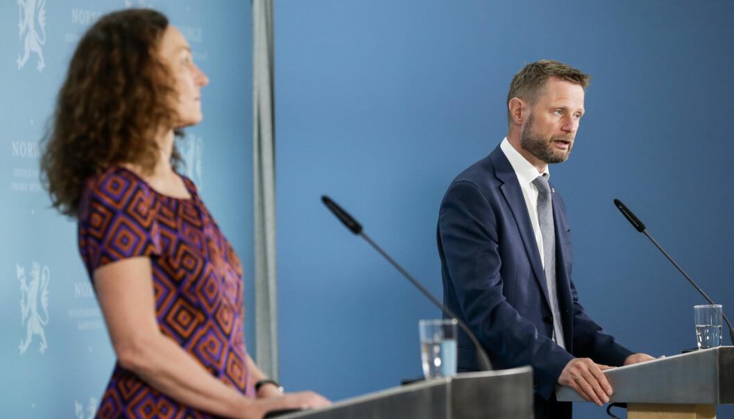 Direktør i Folkehelseinstituttet Camilla Stoltenber og helse- og omsorgsminister Bent Høie under pressekonferanse om koronasituasjonen der tema er vaksine.