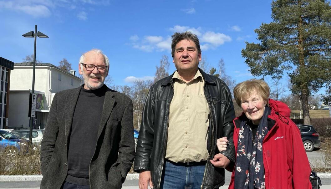 Terje Martinsen (t.v.), Paul Larsson og Karin Guttormsen i Positiv Byutvikling ber om innbyggernes støtte til å kreve en utredning av parkeringsplassen bak rådhuset som alternativ hotelltomt.