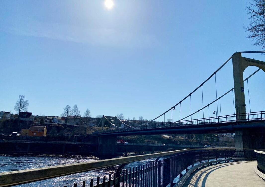 Skyfri himmel og temperaturer som setter fart på vårfølelsen lørdag ettermiddag i Kongsvinger sentrum.