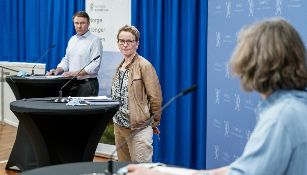 Forhandlingsleder fra staten Viil Søyland flankert av leder i Norges Bondelag Lars Petter Bartnes t.v. og leder i Norsk Bonde- og Småbrukarlag Kjersti Hoff på pressekonferansen under kravoverleveringen som innleder årets jordbruksforhandlinger.