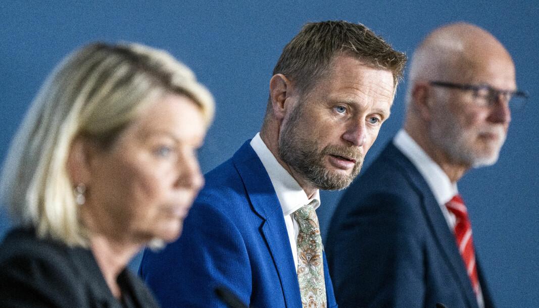 Helse- og omsorgsminister Bent Høie, flankert av justis- og beredskapsminister Monica Mæland og helsedirektør Bjørn Guldvog på pressekonferanse om koronasituasjonen onsdag.