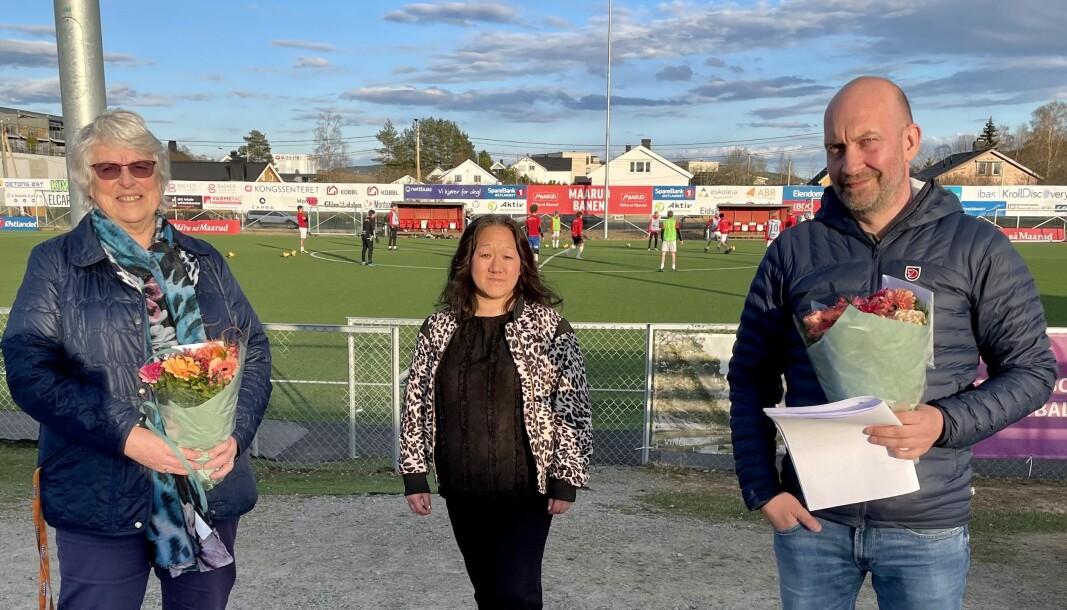 Kari Isnes (t.v.) og Henning Kjøk ble takket av etter til sammen 20 år i styret i Kongsvinger IL. Styreleder Jannicke S. Mykkestue er takknemlig for frivilligheten i idretten.