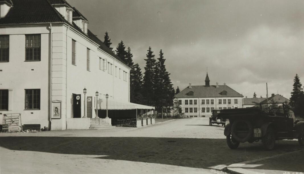 Kongsvinger rådhus og folkeskolen fotografert sent på 20-tallet. Legg merke til den koselige utseserveringen på Rådhusplassen.