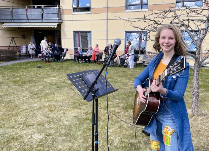 Holdt konsert for de eldre i hagen på Langelandhjemmet