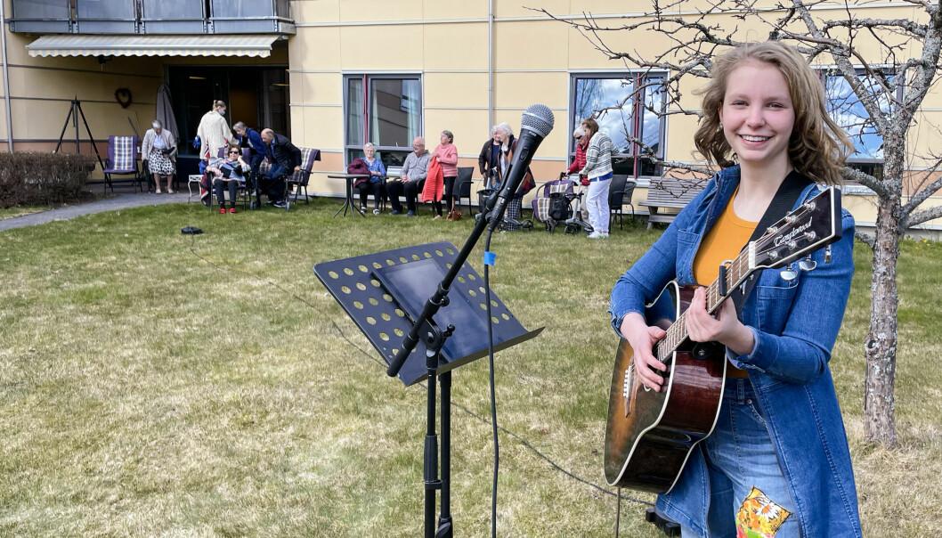 16 år gamle Emma Ovlien har gjort det til en tradisjon å spille og synge for beboerne på Langelandhjemmet. Siden hun var 10 år har hun opptrådt en til to ganger i året.
