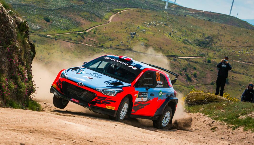 Ole Christian Veiby og kartleser Jonas Andersson suste inn til seier i et grusløp i Portugal i helga. Kommende helg kjører de et asfaltløp i en WRC-bil.