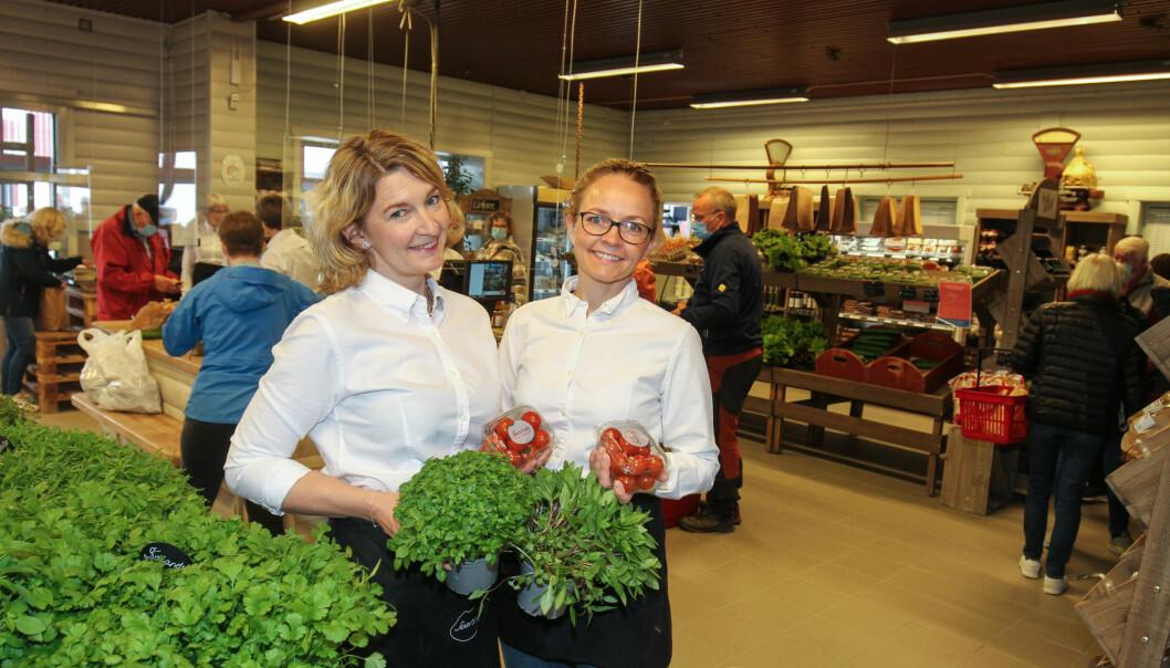 Søstrene Anette (t.v.) og Linda Skarstad hadde det hektisk, men hyggelig da Skarstad Gartneri & Gårdsmarked åpnet dørene for en ny sesong.