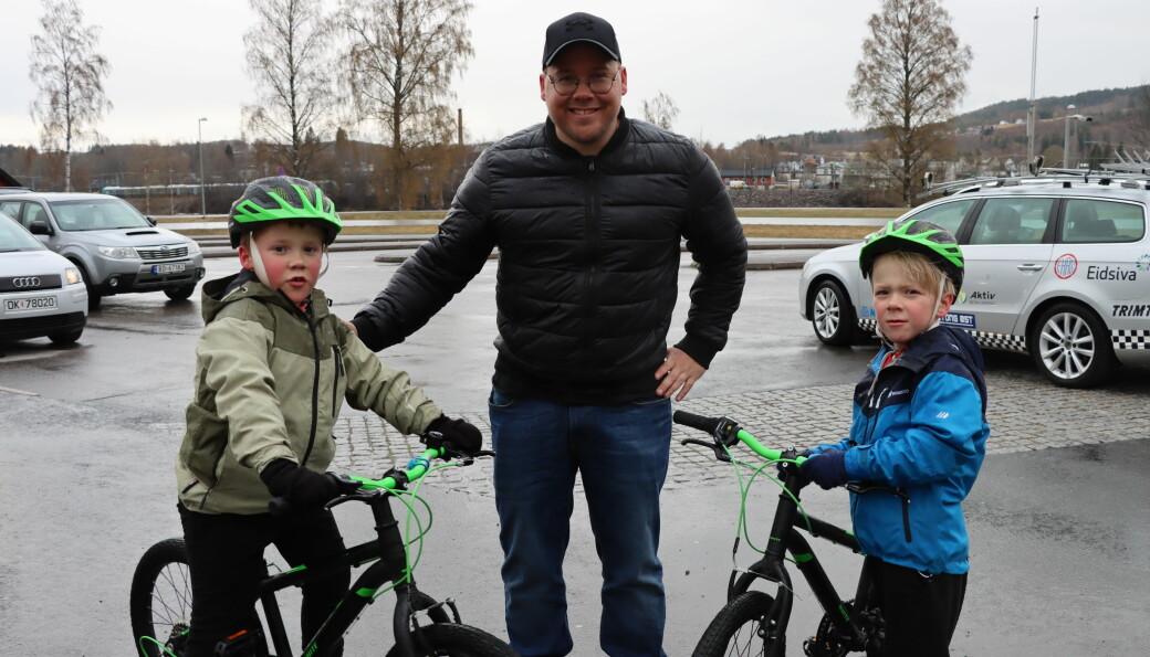 Familien Fjeld, her med Jakob (t.v.), Haakon og Kasper, møtte opp i sentrum tirsdag ettermiddag. Denne sesongen blir barna tryggere bak sykkelstyret.