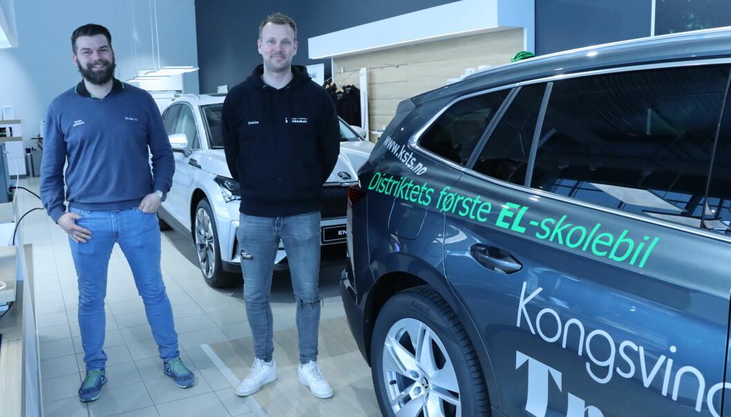 Salgssjef for nye biler på Skoda, Anders Kristiansen (t.v.) og kjørelærer på Kongsvinger og Smedtorp Trafikkskole gjorde historisk handel da den første elbilen for kjøreskoler i Kongsvinger ble gjort.