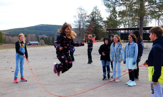 Tiril (10), Siri (11) og klassekameratene hopper for hjertet