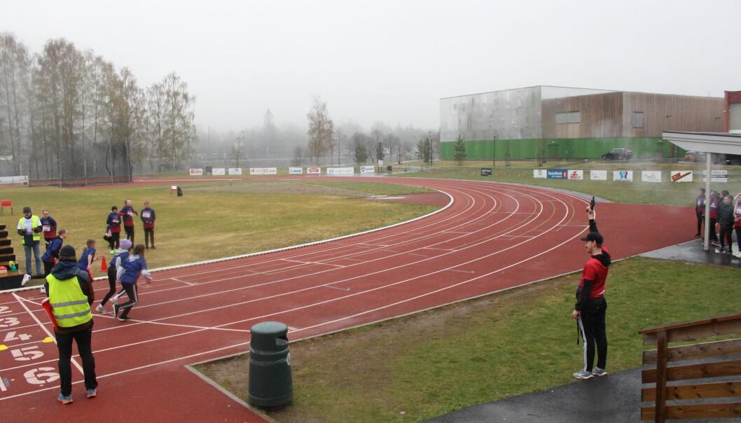 Mindre enn et sekund etter at smellet fra startskuddet kan bli hørt legger de ivrige løperne fra Kongsvingerskolenes 6. klasse-trinn ut i full sprang med stafettpinnene.