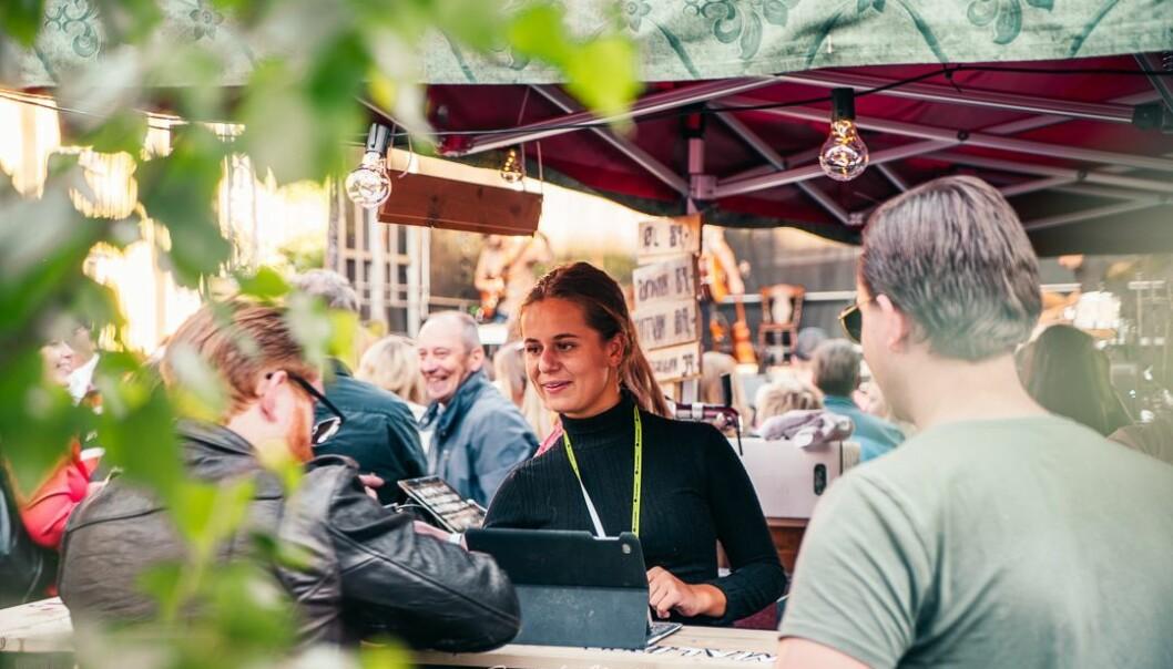 Tara Solli, produksjonsleder i Festival Bohem forteller som strenge koronatiltak til helgens festival, og de tilbyr alle gjester gratis hurtigtest.