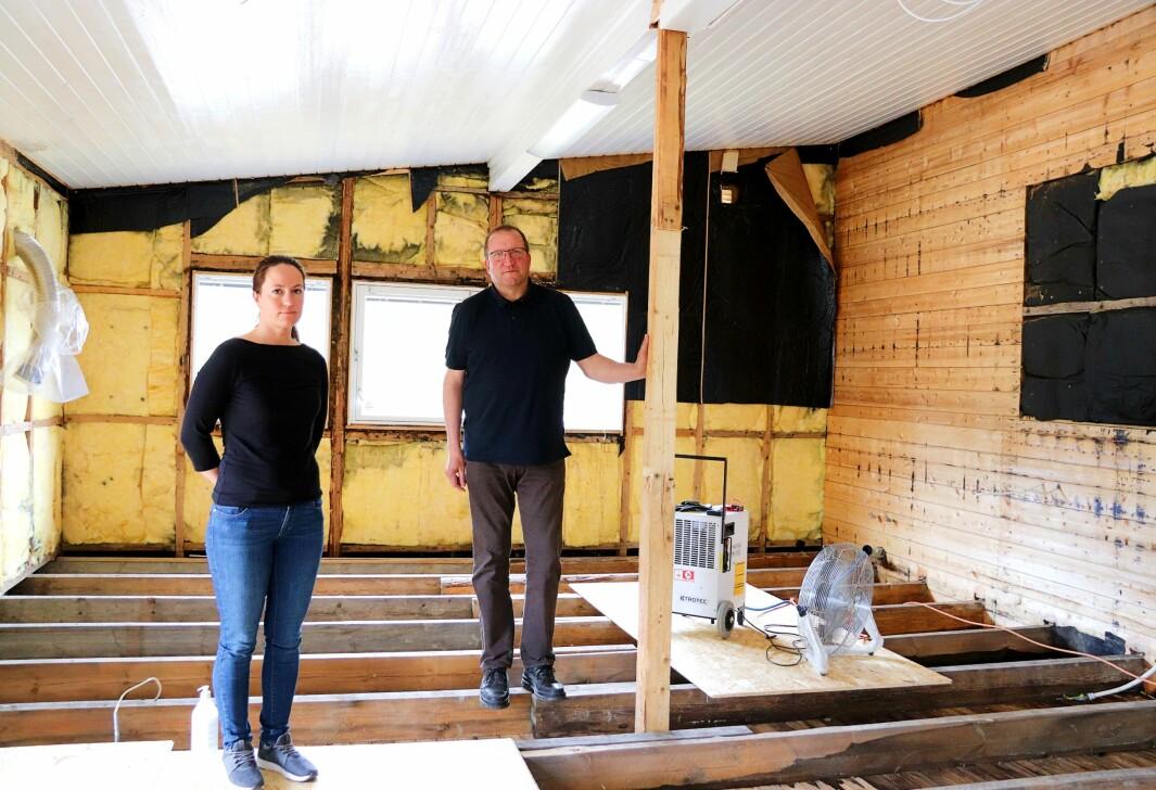 Styret for Austmarka samfunnshus, her ved Kine Johnsrud og Jarl Harald Ramtjernåsen, trenger hjelp til å dekke kostnader knyttet til vannlekkasjen.