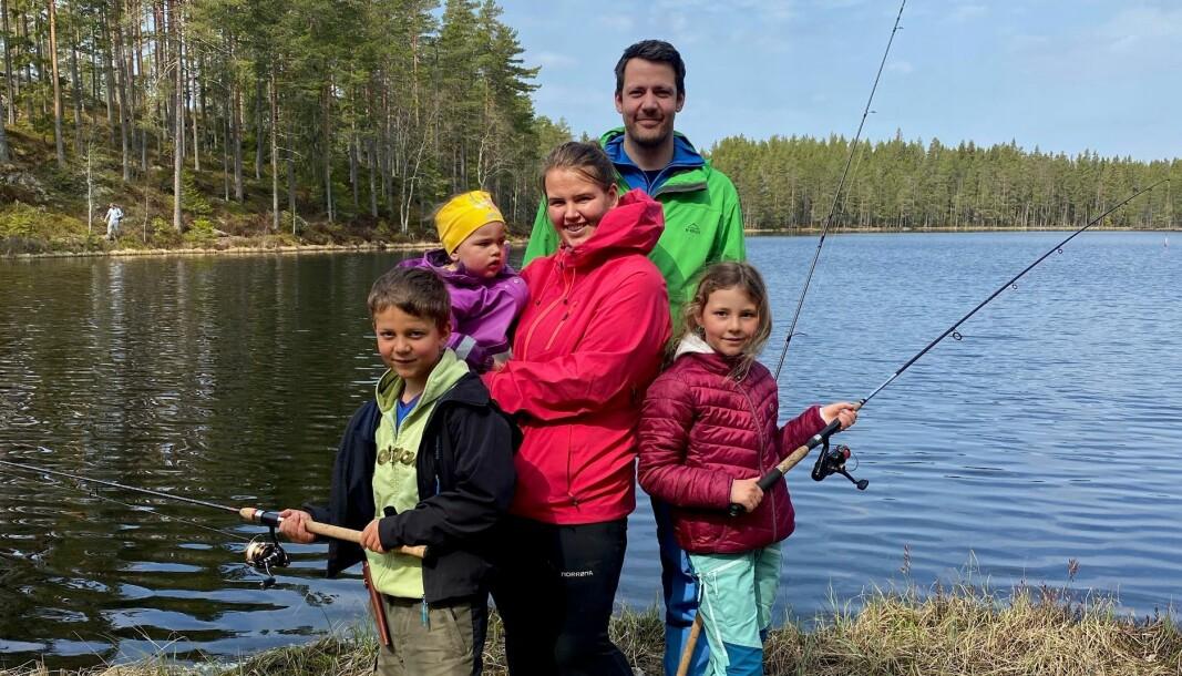 Ole Jørgen Hansen hadde tatt med seg hele familien på åpningen av ørretfiske på Varaldskogen. Han hadde med seg barna Ole Kristian, Nora Emilie, Ea Oline og kona Beate i et forsøk på å fiske opp noen av ørretene han selv hadde vært med å sette ut for noen dager siden.