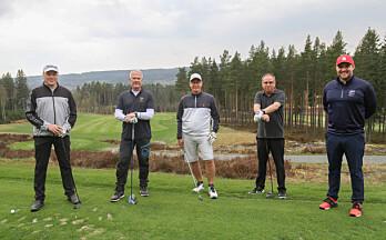 Tom Kenneth fikk æren av å åpne golfsesongen på Liermoen