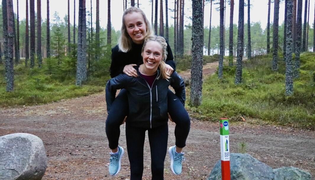 Søstrene Thea og Christine Nystuen under årets stolpejakt lørdag kveld. De jaktet like gjerne alle stolpene på en og samme dag.