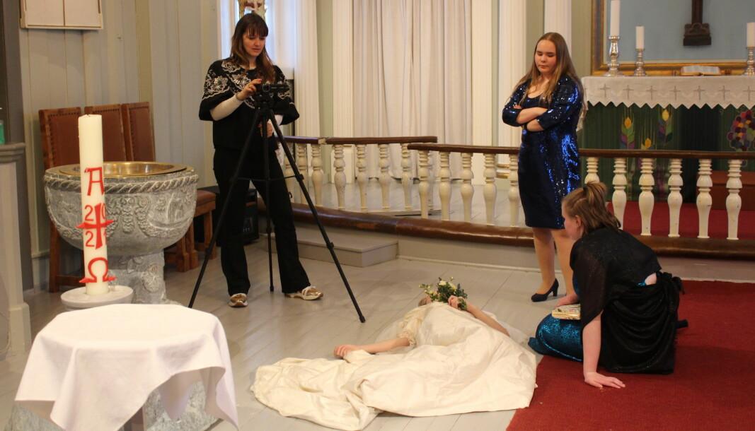 Kulturskolelærer Kathrine Kolgrov og ungdomsteatergruppa på Scene U spilte i helgen inn bryllupsscene fra stykket «Stor ståhei for ingenting» i Vinger Kirke.