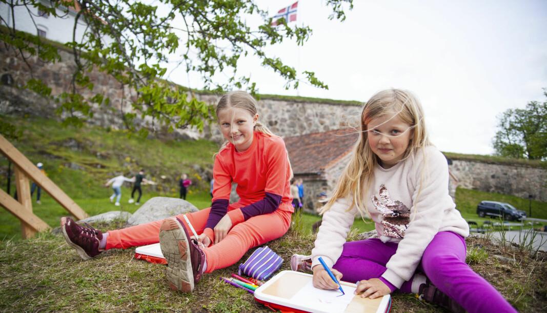 Molly (9) og Agnes Kolgrov Lunder (8) er glad i å tegne. I forestillingen spiller de karakterene Maud og Nellie. Sammen med Emma Rode-Christoffersen og Astrid Brænden er de jury i tegnekonkurranse.