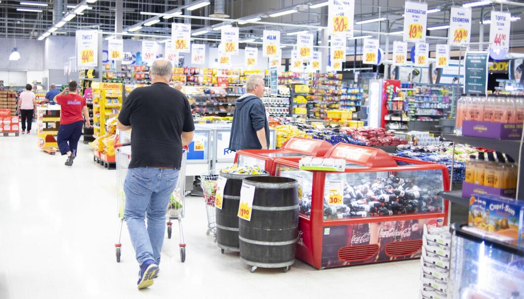 Kunder inne på Maxi mat ved Charlottenberg shoppingcenter.