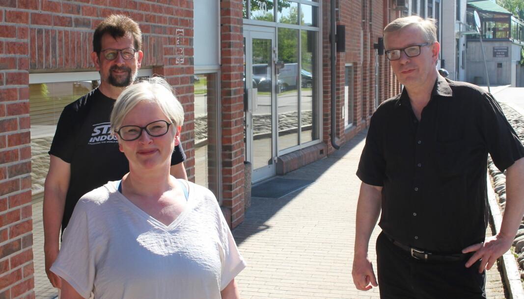 Hilde Røe, ved Norli bokhandel, er gjest hos Lars Ovlien (t.v.) og Øivind Roos.