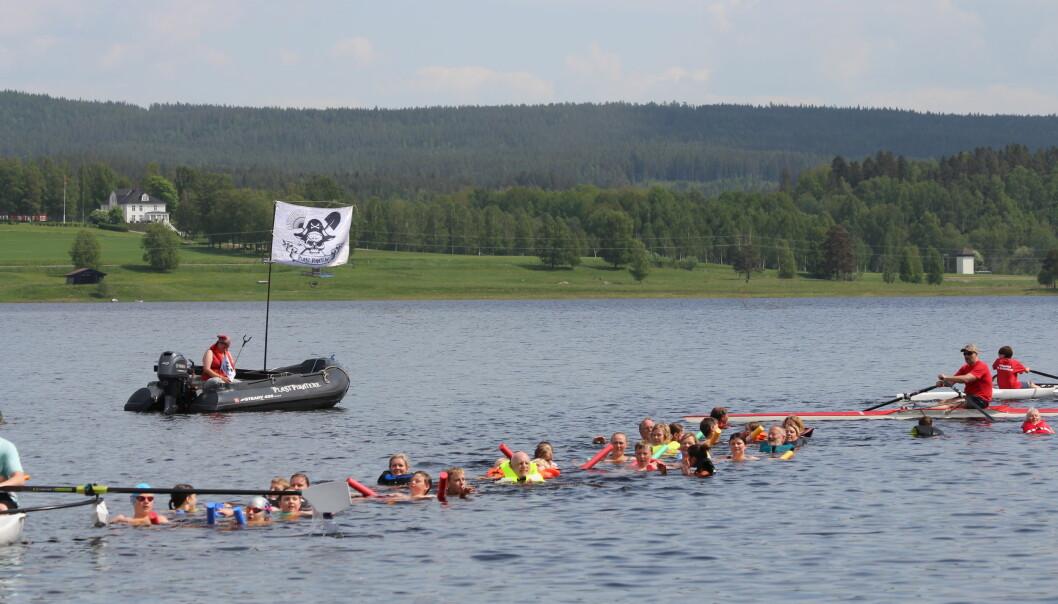 Lang rekke med folk ute i vannet samtidig.