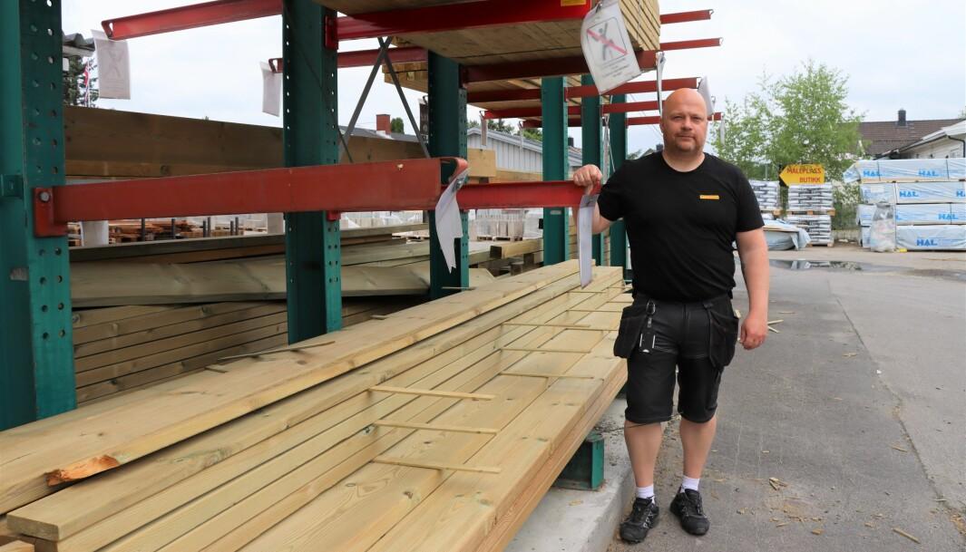 Butikksjef Jørgen Øyen på Byggmax, hvor flere hyller med terrassebord er tomme. Det som står har nettopp kommet inn, og er ofte allerede bestilt.