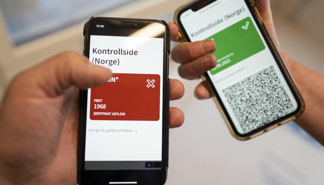 FHI har kommet med et nytt koronasertifikat der en QR kode i en mobil applikasjon viser grønn om en person er fullvaksinert eller rød dersom man ikke er det. Koronasertifikatet ligger på Helsenorge.no , og kan vises ved kontroll, lastes ned på mobil eller skrives ut fra disse sidene. Alle som logger seg inn på Helsenorge, kan allerede nå se den oppdaterte versjonen med grønt og rødt lys og QR-koder for kontroll.