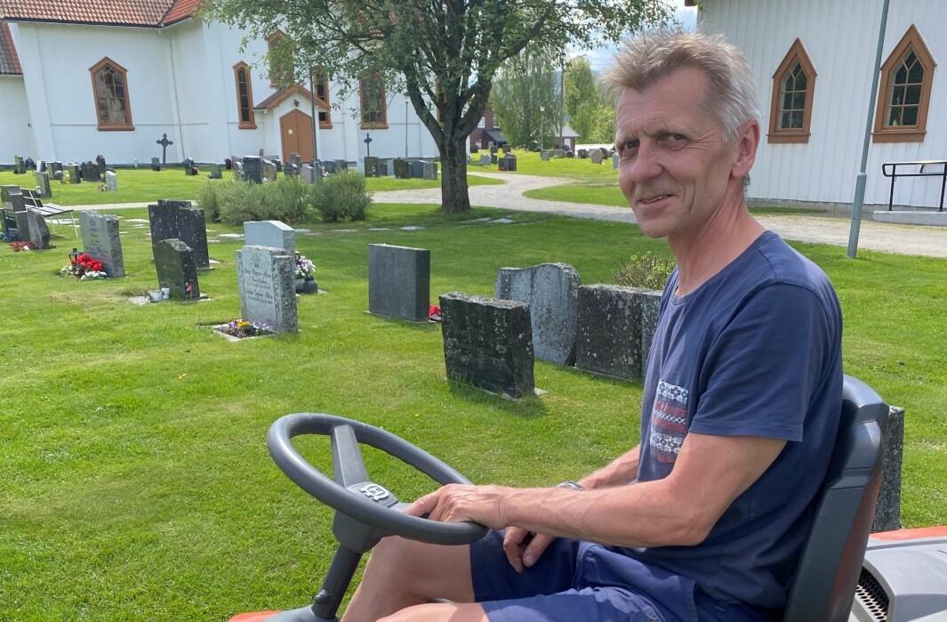 Kirketjener Terje Moe steller kirkegården på Brandval som sin egen hage, men blir mest brydd av at noen skal skryte av det som er jobben hans.