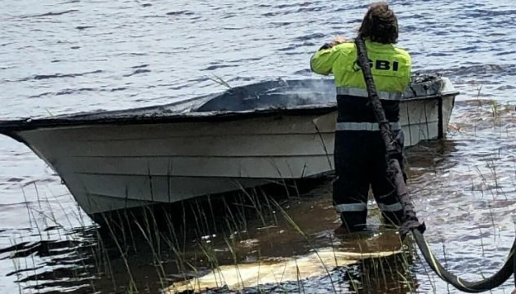 Båten er utbrent.