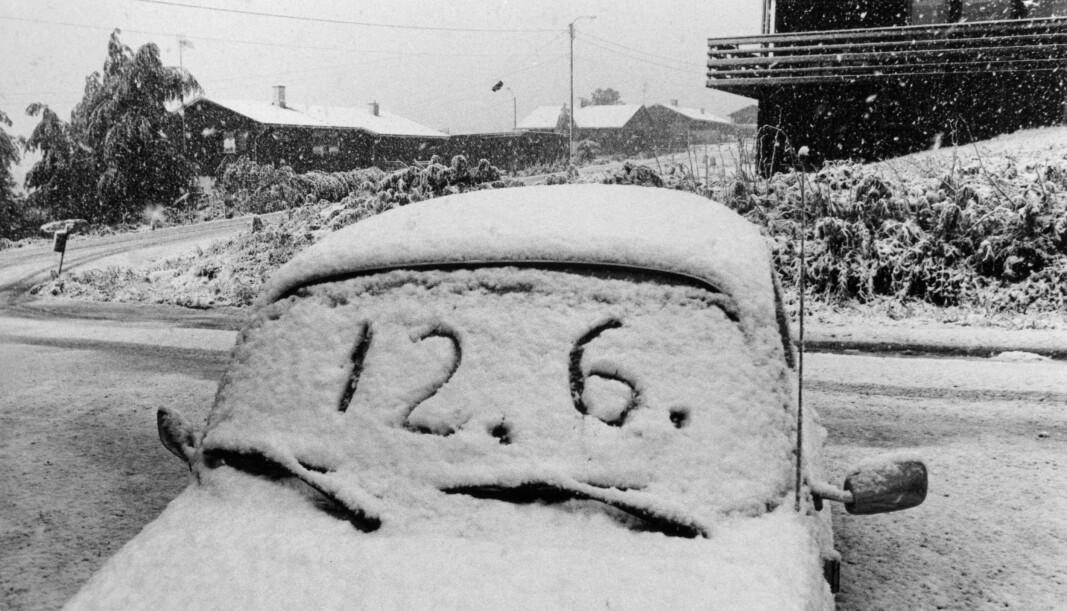 12. juni 1981 i Kongsvinger - et historisk bilde. En snødekket bil, med datoen skrevet på frontruten.