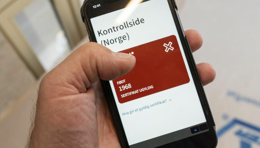 Koronasertifikatet ligger på Helsenorge.no , og kan vises ved kontroll, lastes ned på mobil eller skrives ut fra disse sidene. Alle som logger seg inn på Helsenorge, kan allerede nå se den oppdaterte versjonen med grønt og rødt lys og QR-koder for kontroll.