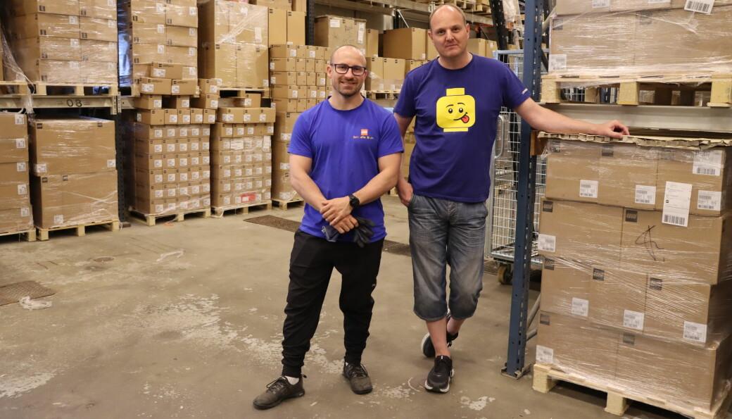 Mesteparten av Brikkebutikken er lagerplass, og i nyere tid har det begynt å tømme seg mer og mer. Eierne Simen Waaler (t.v.) og Vegard Flaamo leverte gode resultatet for det første årsresultatet etter fusjon.
