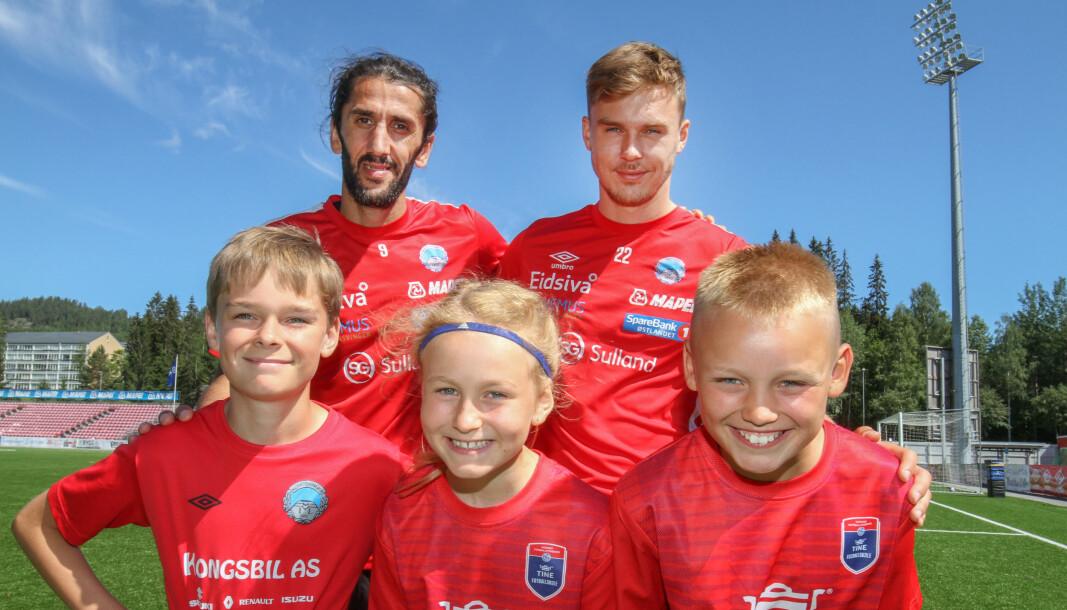 Alvin Sætre (foran f.v.), Emilie Østby og Kasper Vangen lærte mye av Adem Güven og Ludvig Langrekken på fotballskolen denne uka.