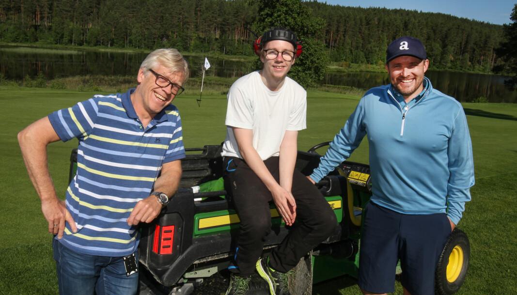 Morten Frantzbråten (f.v.) fra NAV, og Daniel Larsson fra Kongsvingers Golfklubb, er glad for at de kunne tilby Mathias Svensrud sommerjobb.